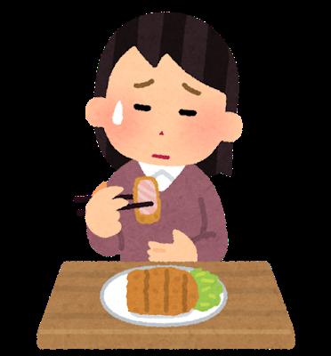 揚げ物を食べる女性